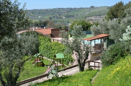 agriturismo_santacinnara_giardino_con_giochi_per_bambini